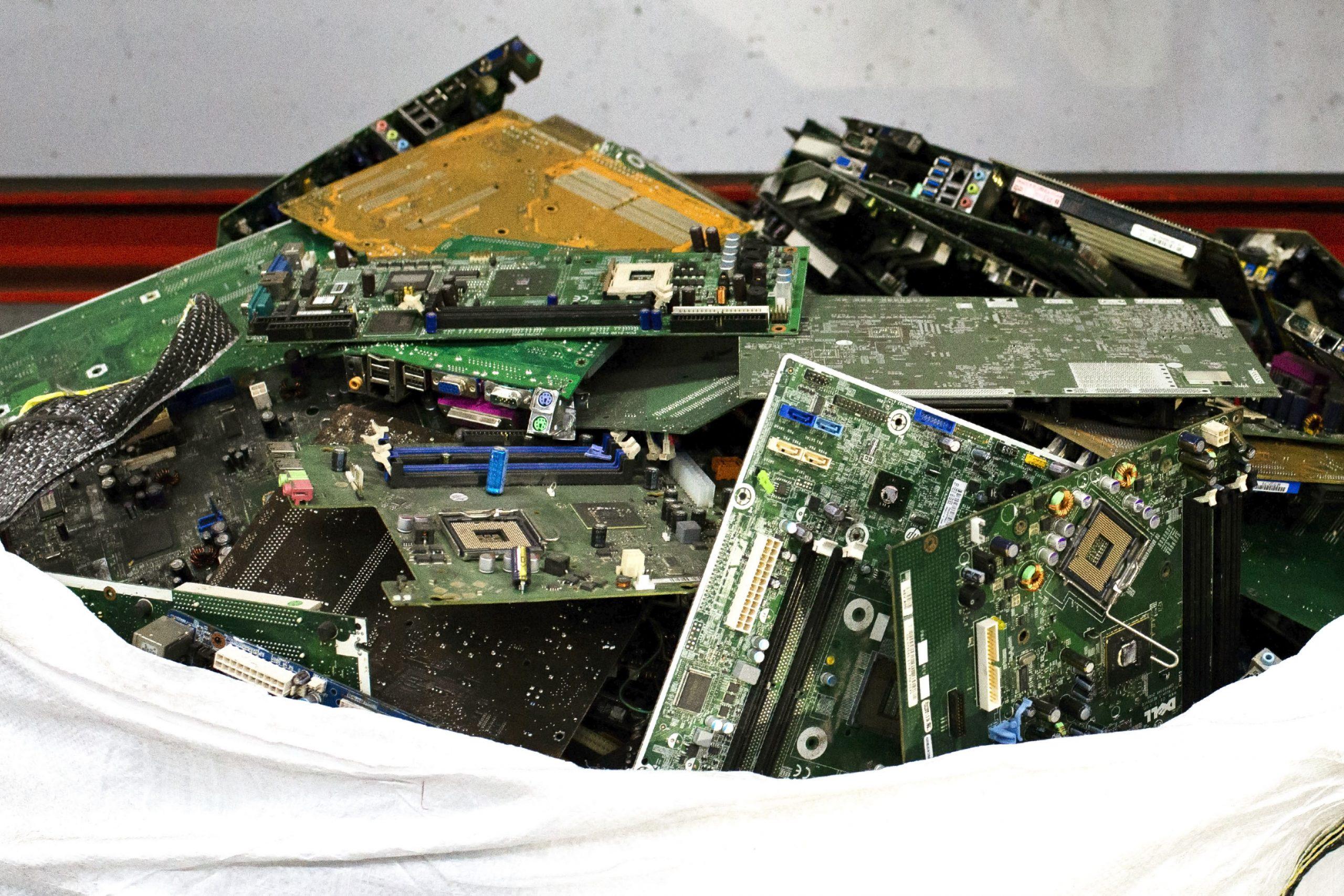 reciclaje de ordenadores y material informático. Se muestras componentes de los ordenaodres como laca base.